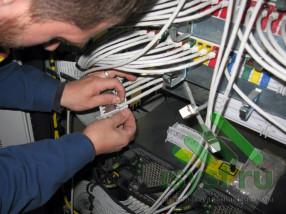 Фиксация провода 7 категории на панели СКС