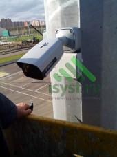 Установленная камера видеонаблюдения на улице (монтаж и техническое обслуживание систем видеонаблюдения)