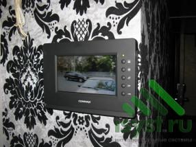 Установленный видеодомофон Commax черный в интерьере