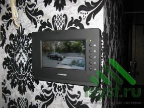 Установленный видеодомофон Commax черный в интерьере (продажа, монтаж и техническое обслуживание домофонов)
